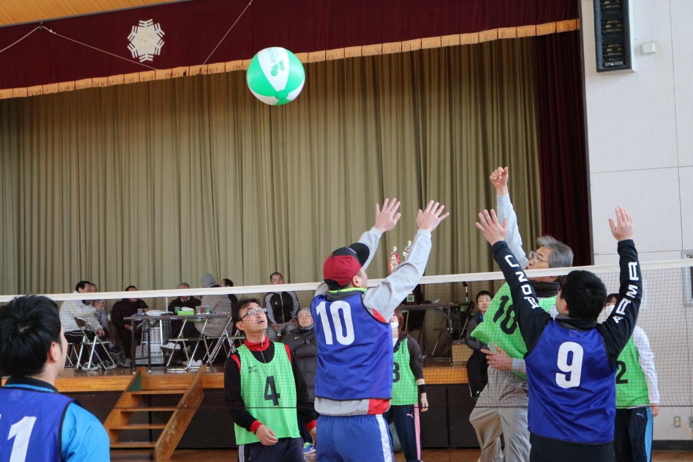 ビーチボールバレーの様子 第29回吉島地区冬季スポーツレクリエーション大会