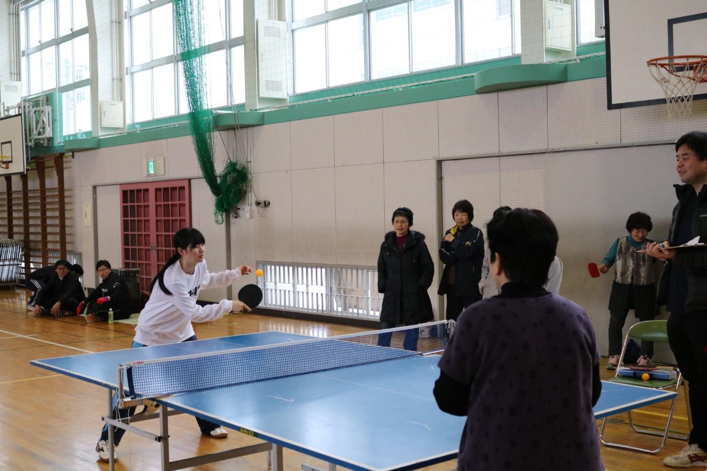 ラージボール卓球の様子 第29回吉島地区冬季スポーツレクリエーション大会