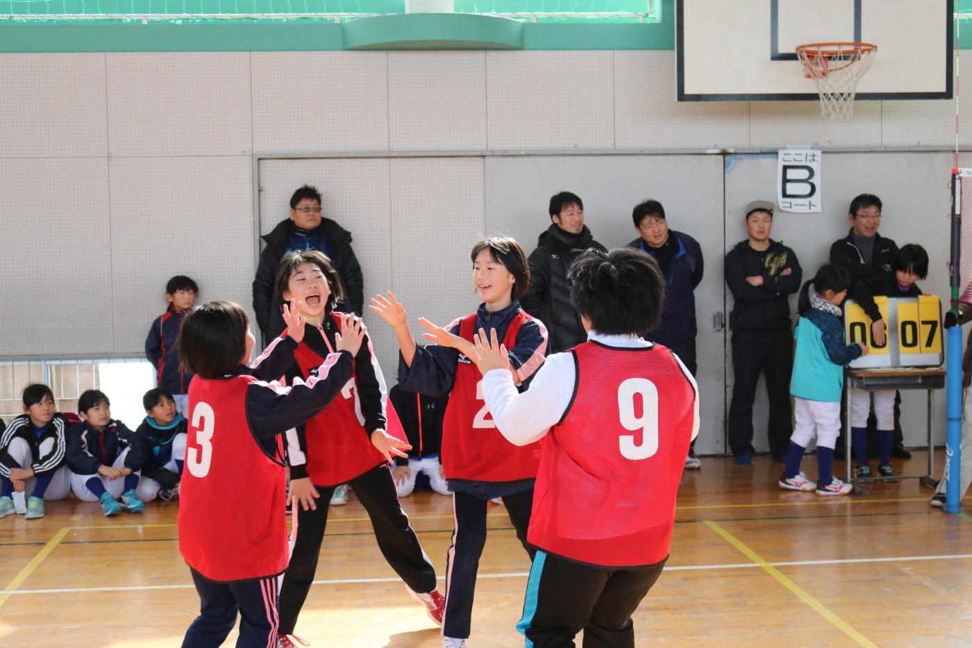 参加者の子どもたちがハイタッチで喜ぶ様子|第29回吉島地区冬季スポーツレクリエーション大会