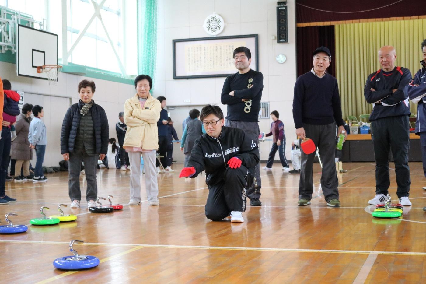 カローリングの様子 第29回吉島地区冬季スポーツレクリエーション大会