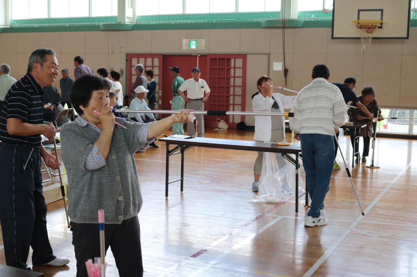 第20回吉島地区シルバー健康レクリエーション大会:エンジョイ吹き矢の様子