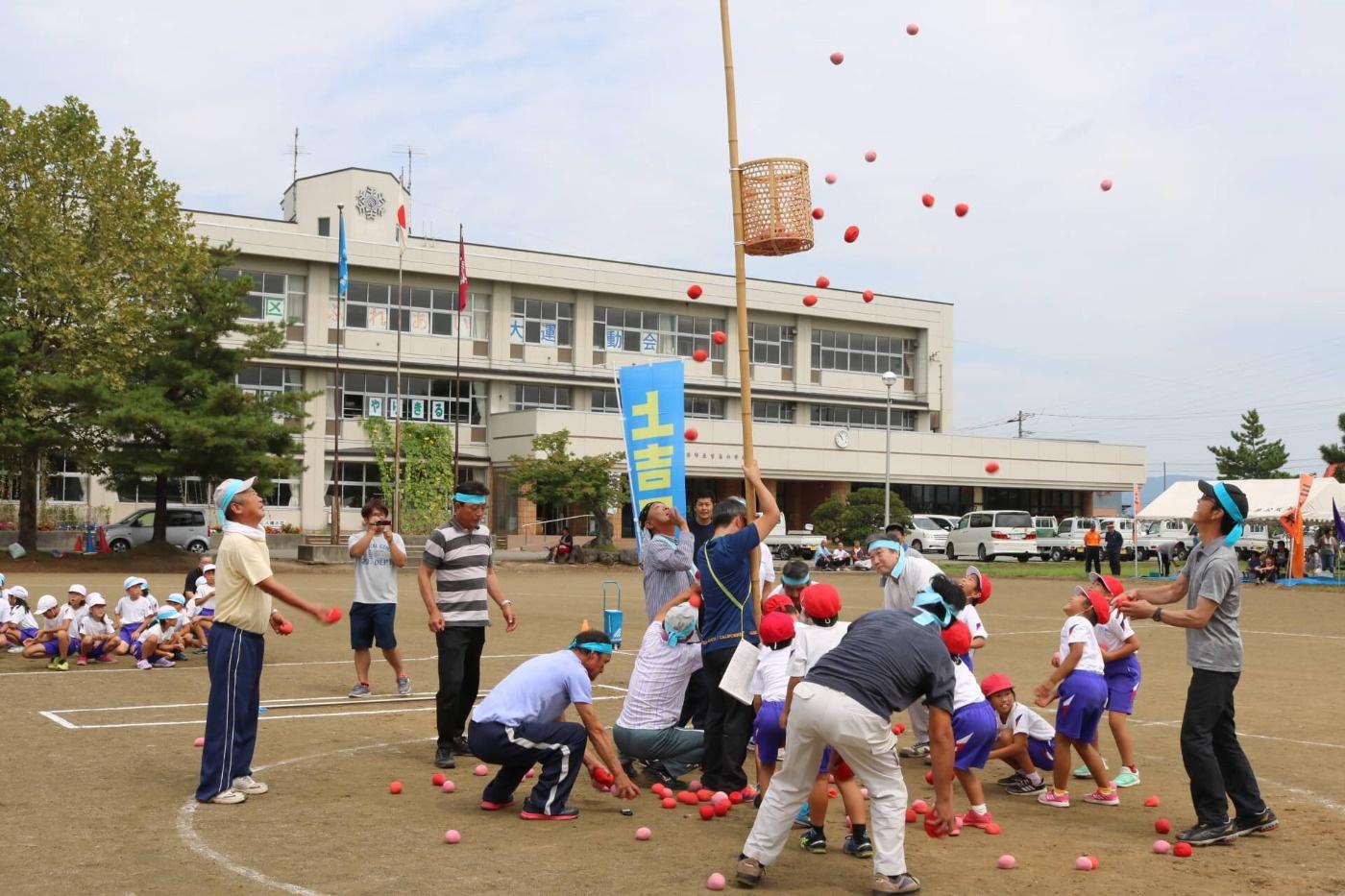 第16回吉島地区ふれあい大運動会:玉入れの様子