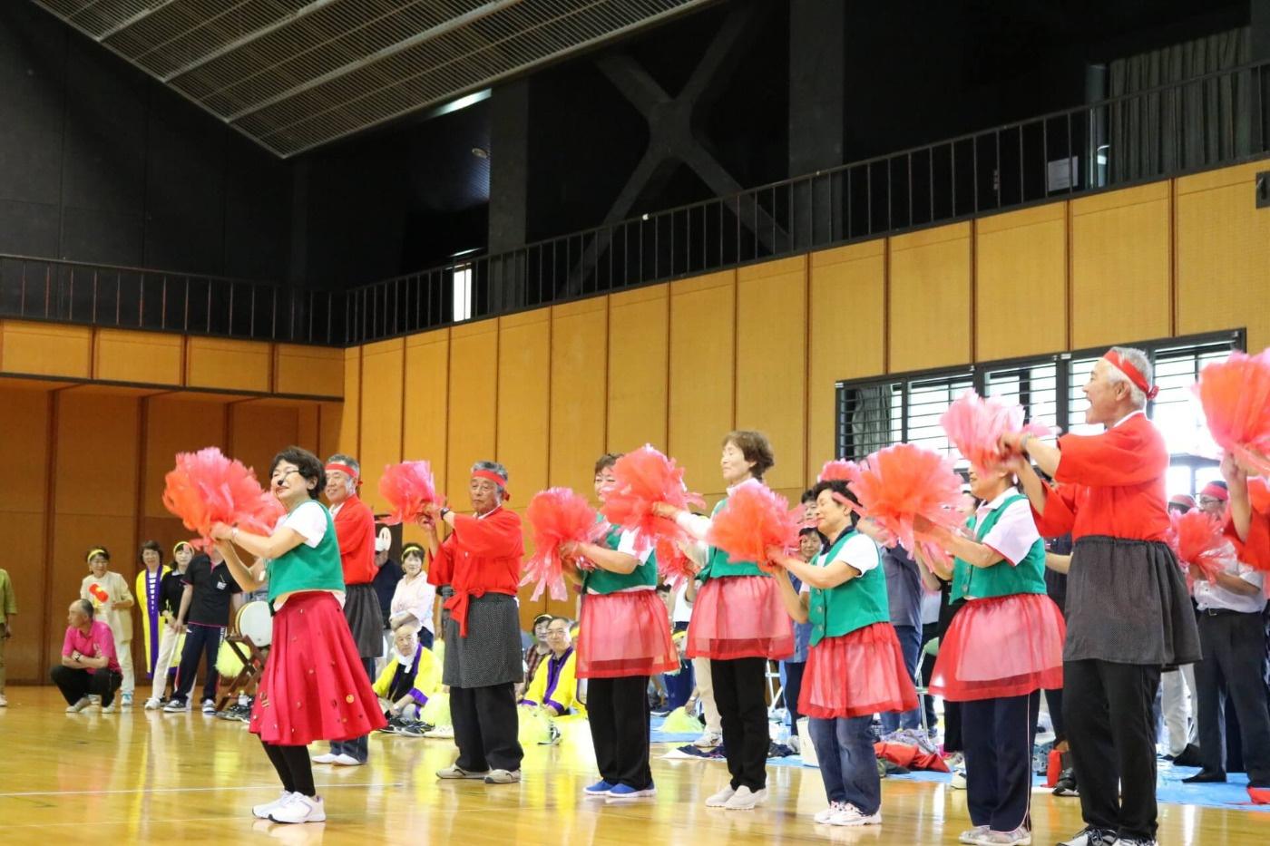 川西町健康レクリエーション大会:「東京ブギウギ」の曲に合わせて踊る応援のみなさん