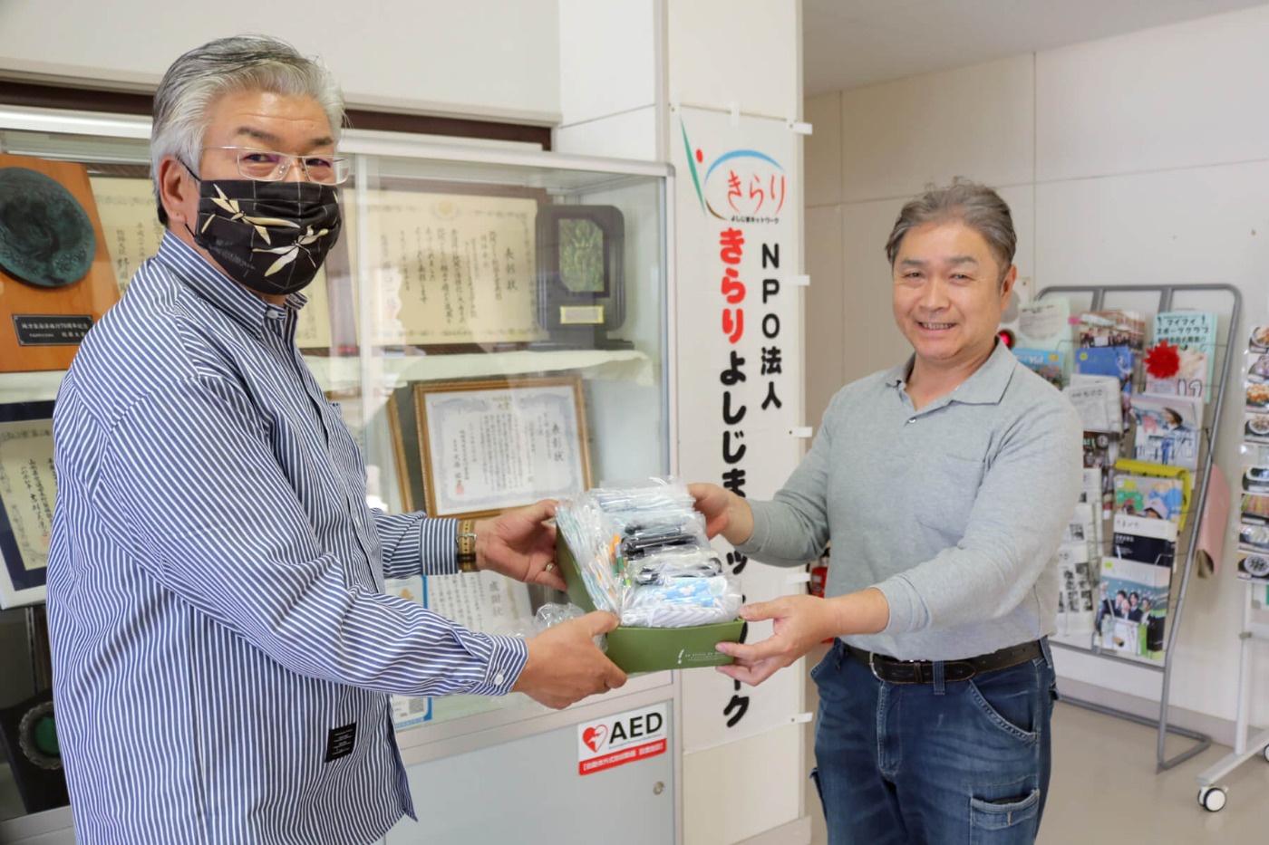 後藤建築さん(北方)より手作りマスクを受け取っている写真