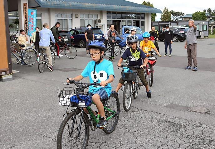 写真:第3回わんぱくキッズスクール「吉島地区再発見!サイクリング」の様子