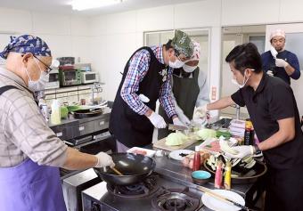 写真:吉島地区趣味の講座「プロが教えるまかない料理 お父さんの料理教室」の様子