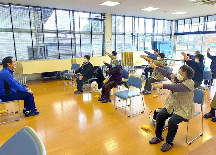 写真:介護予防普及啓発事業公開講座「心も体も元気に!筋力・脳力アップ教室」の様子