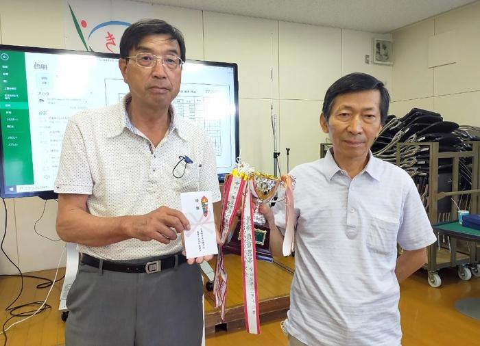 写真:吉島地区麻雀大会:入賞者表彰の様子