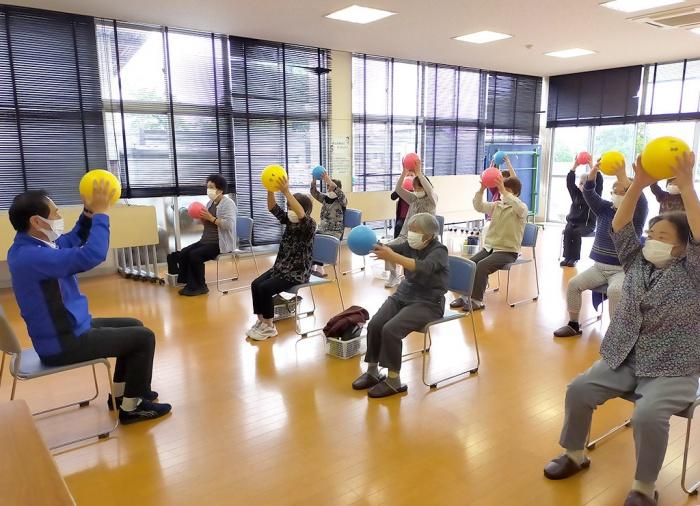 写真:介護予防普及啓発事業「心も体も元気に!筋力・脳力アップ教室」の様子